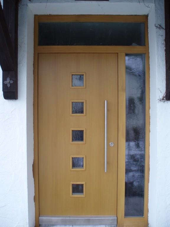 Haustüre mit Lichtausschnitt und Stoßgriff
