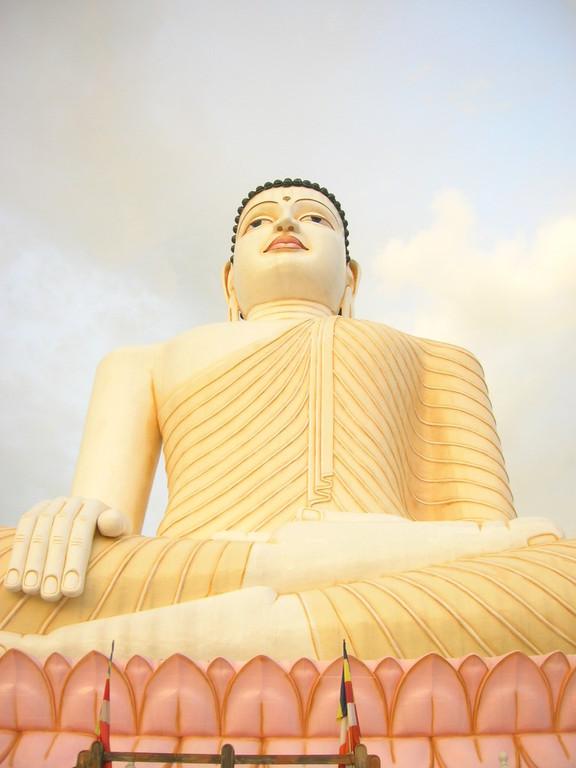 Der größte sitzende Buddha Asiens, ca.68 m hoch in Aluthgama