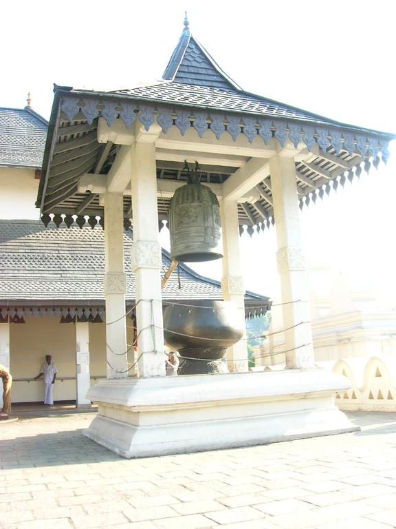 ein Glockenturm im Zahntempel in Kandy