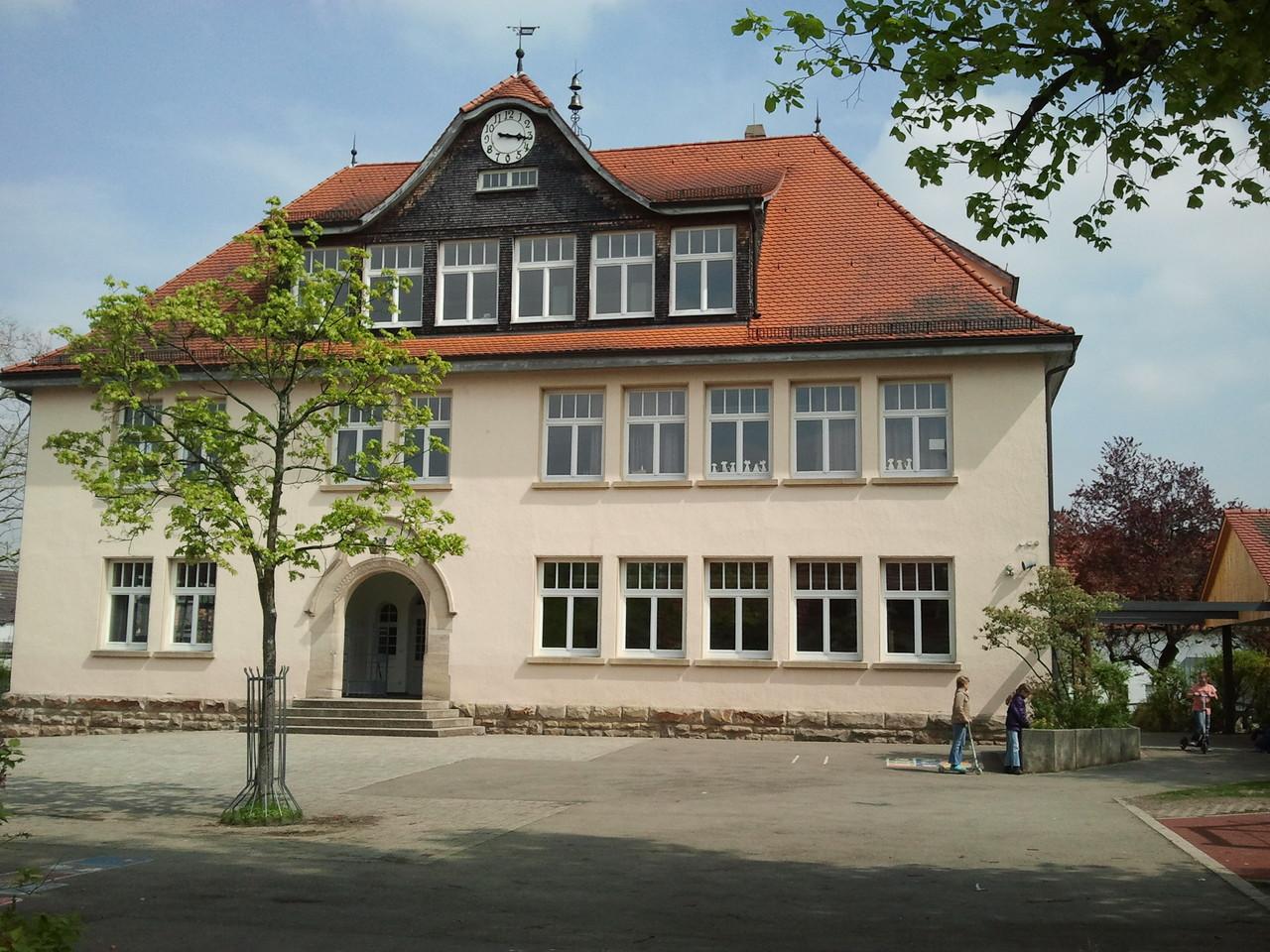 Altes Schulhaus und Schulhof