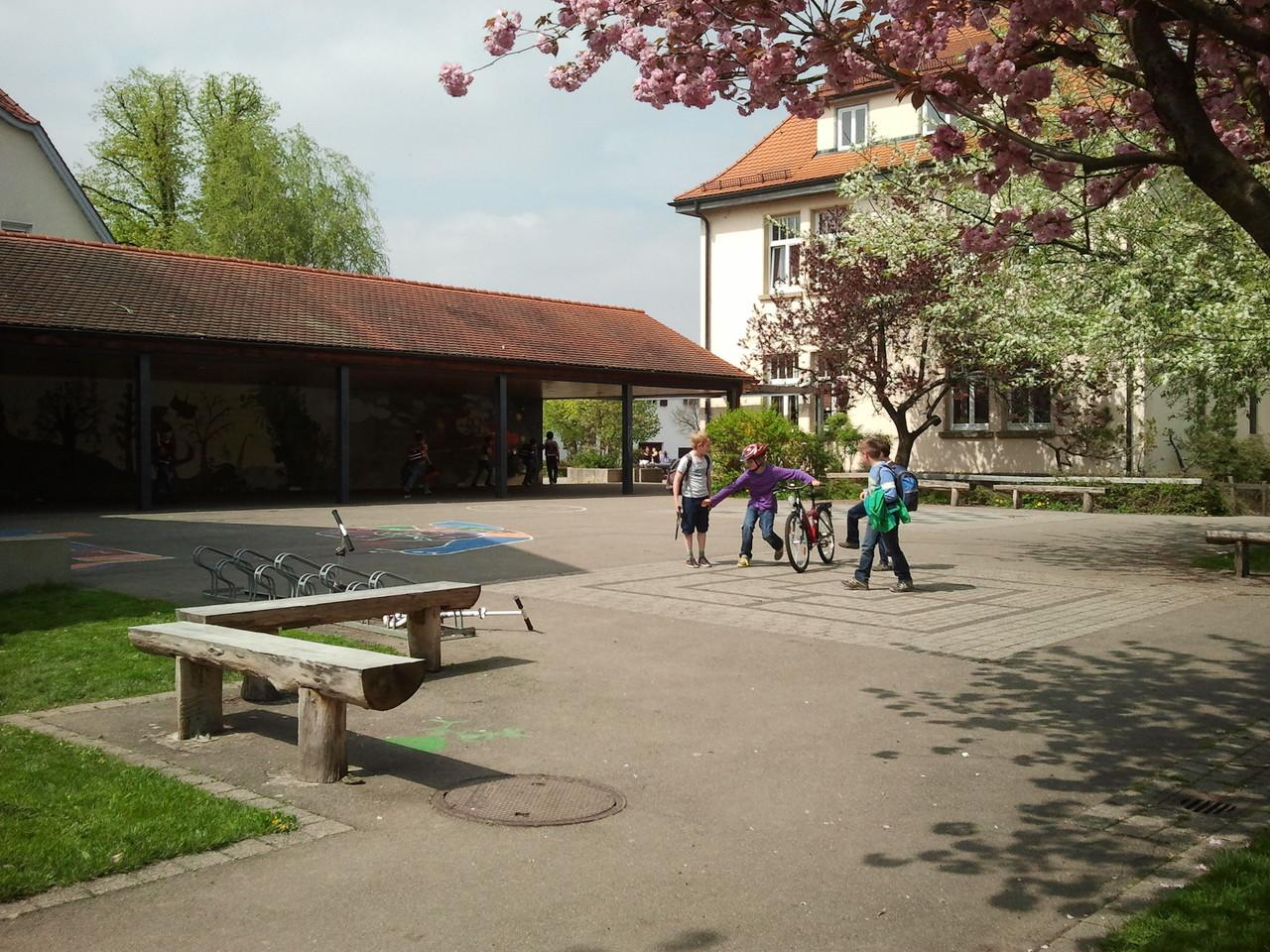 Schulhof vor der Pausenhalle