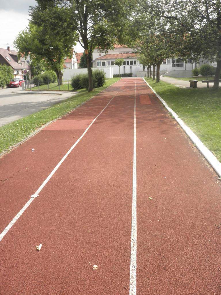 Die Tartanbahn auf dem Schulhof