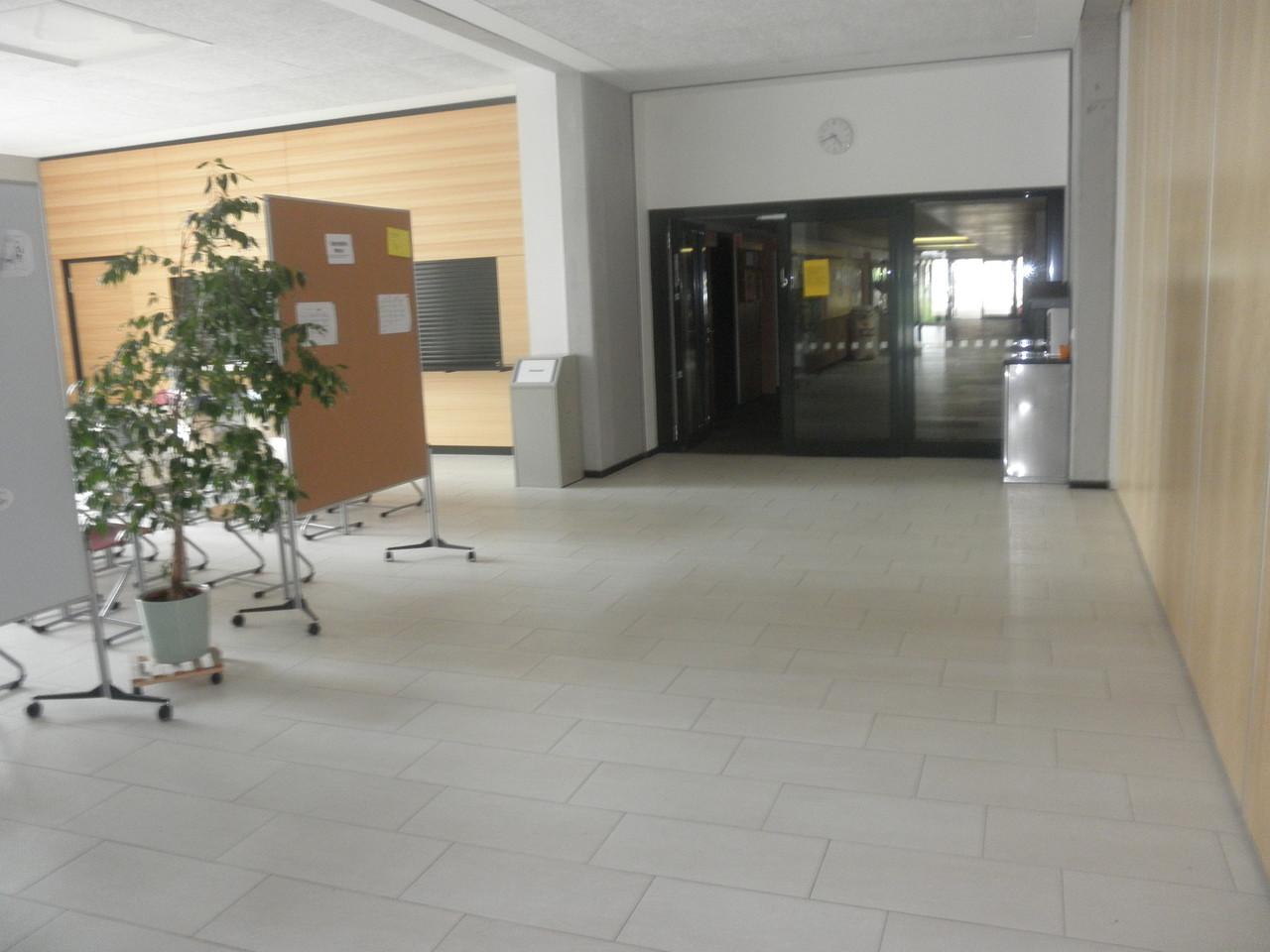 Foyer vor der Mensa mit Wasserspender - hier erhalten die Schüler kostenlos Sprudel und stilles Wasser