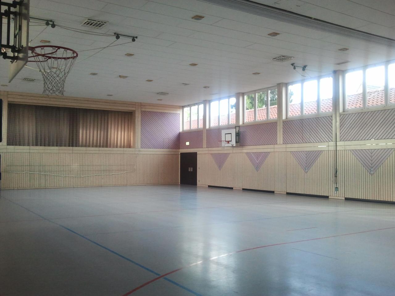 Die neue Turn- und Festhalle mit Bühne