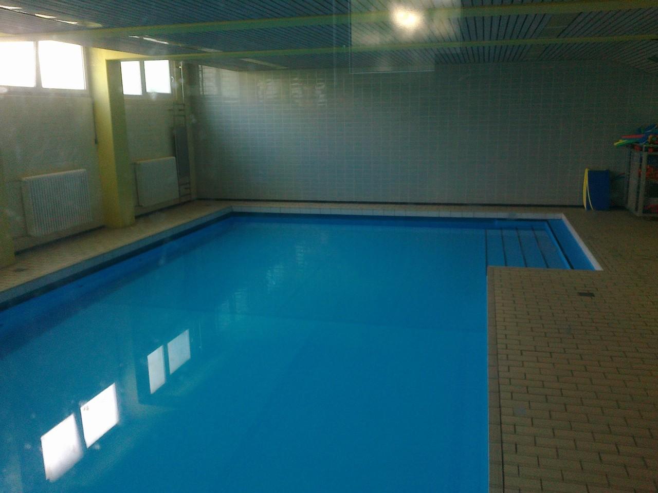 Das gemeindeeigene Schwimmbad ist in den Gebäudekomplex der Schule integriert