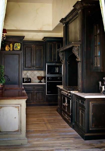 Black kitchen. Pic by J.M. Palisse.