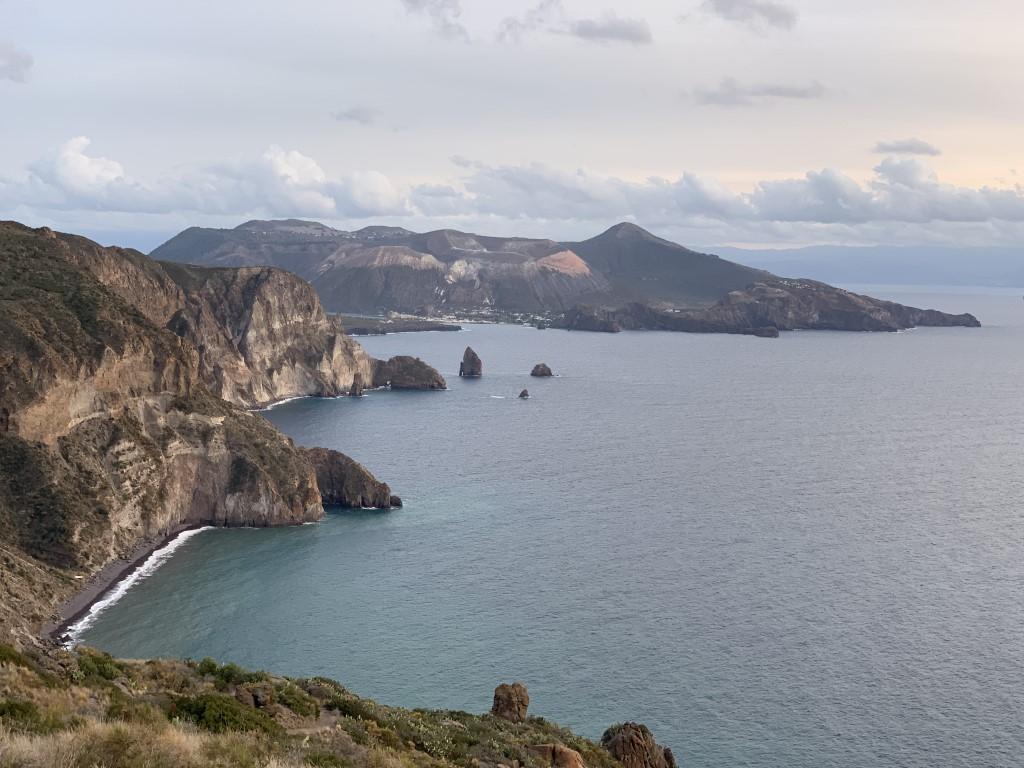 Italien, Sizilien, Liparische Inseln, Äolische, Lipari, Sehenswürdigkeit, Vulkan, Schwefel, Belvedere Quattrocchi, Aussicht, Bucht, schwarzer Sandstrand, Vulcano