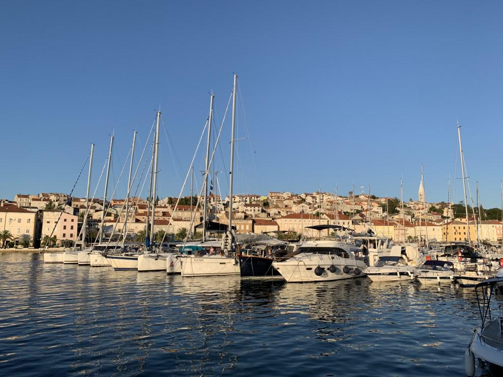 ein Tag auf See geht zu Ende in der Marina von Mali Loshinj