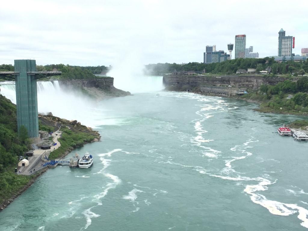 Die Grenze zwischen USA und Kanada verläuft in der Mitte des Flusses. Rechts im Bild: American Falls. In Bildmitte der Horseshoe Falls