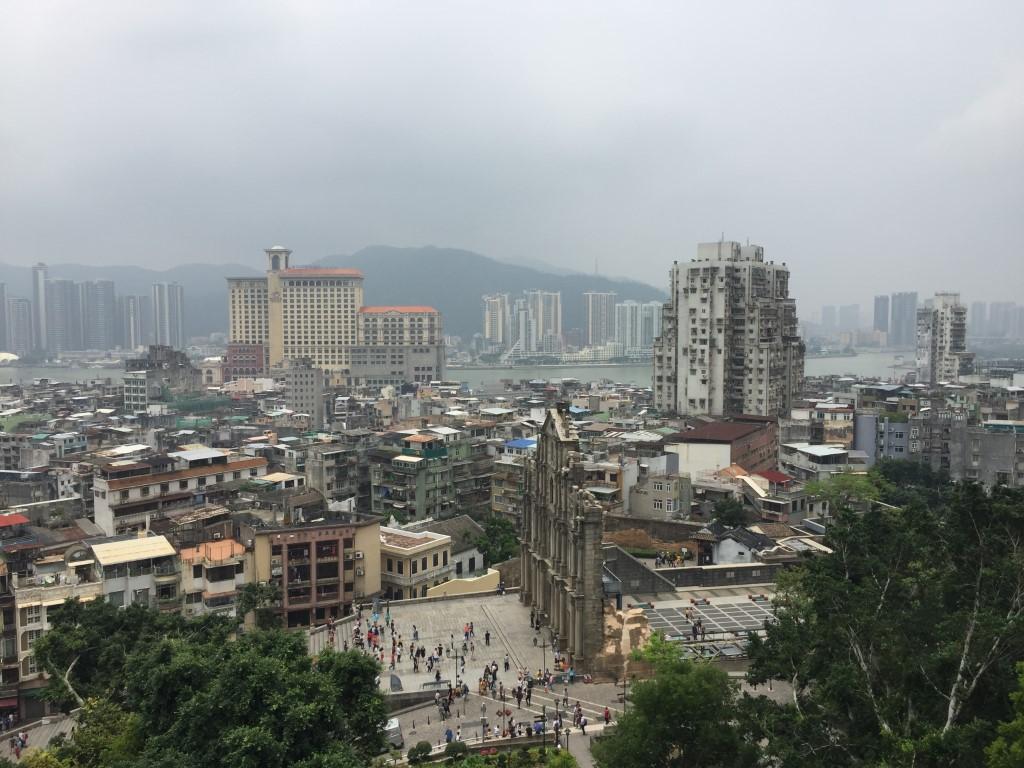 Blick von der Burgruine über Macao. Im Hintergrund auf der anderen Seite des Kanals die Skyline von China.