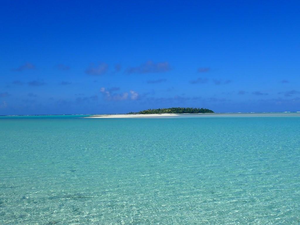 Eine von den zahlreichen kleinen und unbewohnten Inseln des Aitutaki Atolls
