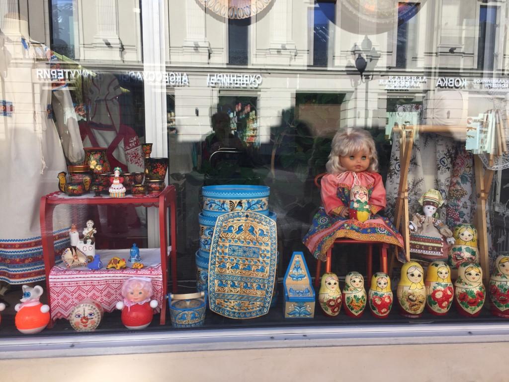 Ein Geschäft in der Fussgängerzone mit typisch russischen Dekorationen