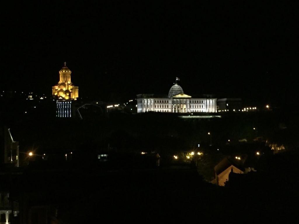 Blick von der Dachterrasse des Hotels Ms. Jackson auf die Samena-Kathedrale und Regierungsgebäude