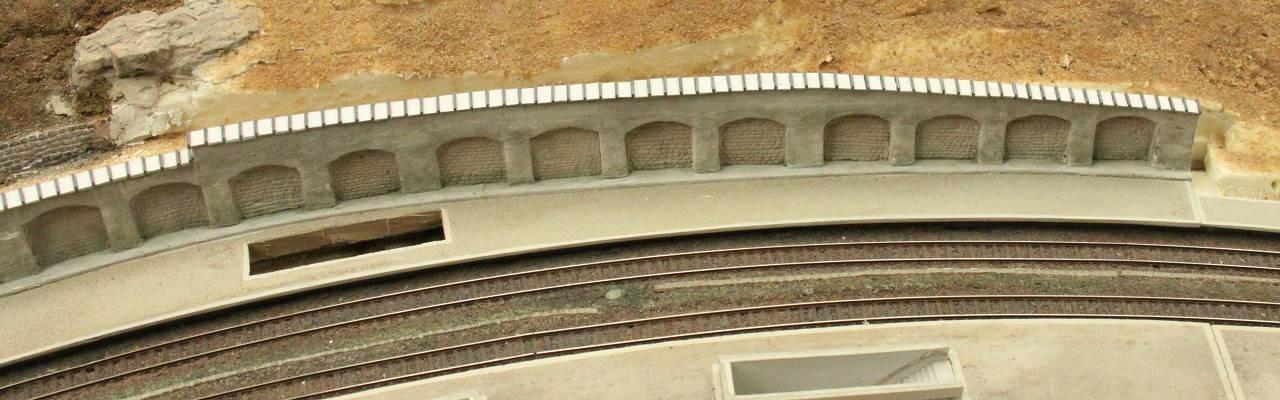 01.07.2013   Die Kronenabdeckung verläuft über die gesamte Länge der Arkadenmauer........