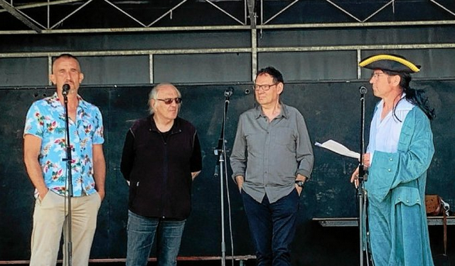 Hugues Mahoas, Jean-Yves Guillaume, Patrice Pellerin et Christophe Rivallain, corsaire secrétaire de l'association BD-Photos Moëlan qui a inauguré, ce 12 juin, sa troisième rencontre BD-photos, en présence des auteurs à l'honneur.