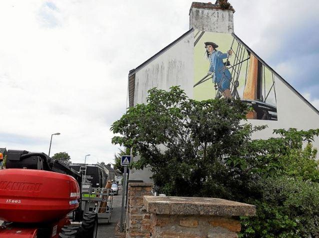 La fresque, bien visible par toutes les personnes arrivant à Moëlan ou la traversant, devait être entièrement posée en fin d'après-midi ce jeudi 10 juin.