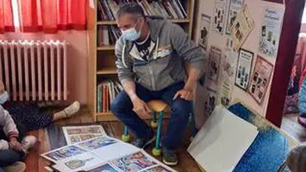 Hugues Mahoas a présenté sa nouvelle bande dessinée aux élèves de cours moyen de l'école du bourg, qui ont profité des conseils du dessinateur pour apprendre quelques techniques.   OUEST-FRANCE