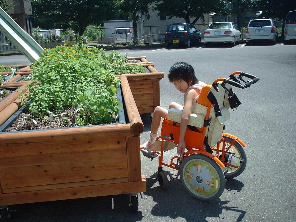 キャスター付きの可動式レイズドベッド(愛知県立一宮養護学校 2006年)