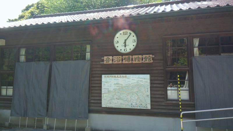 小学校の校舎を改造しています。大きい時計が正面にありました。