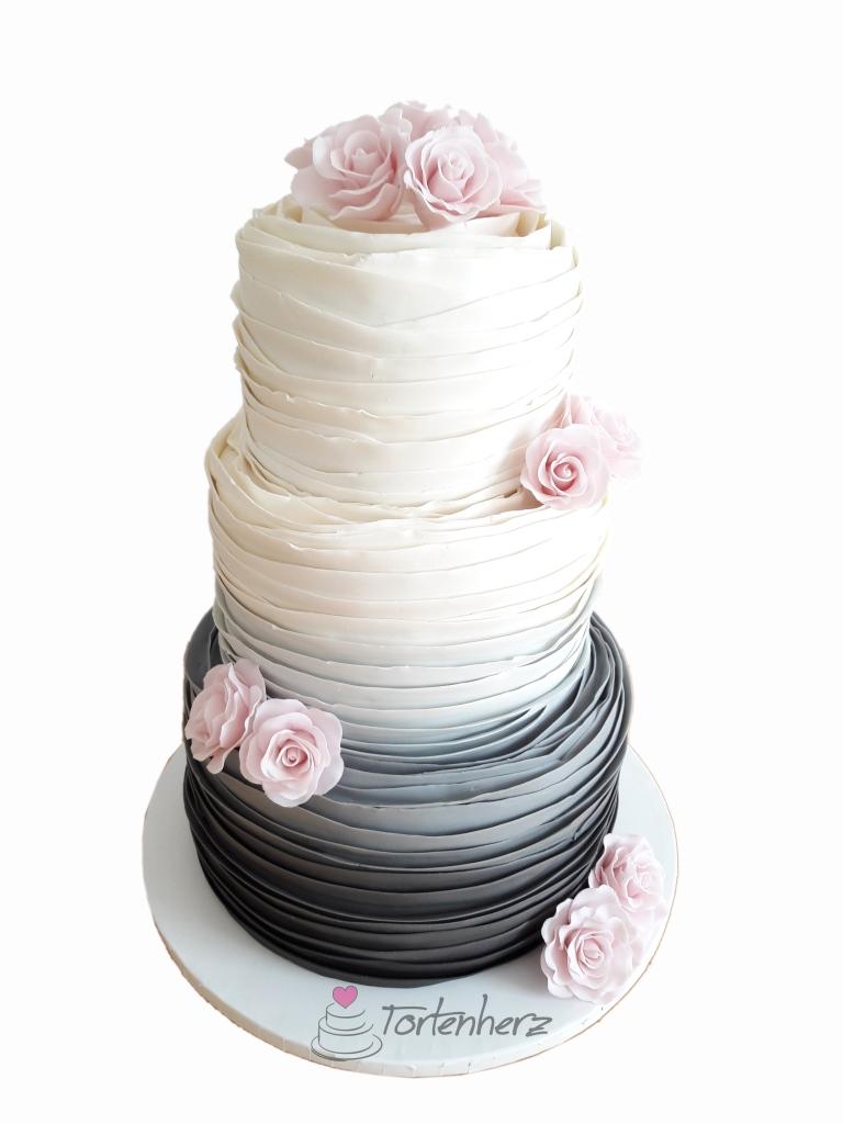 Ruffled Cake mit Zuckerrosen