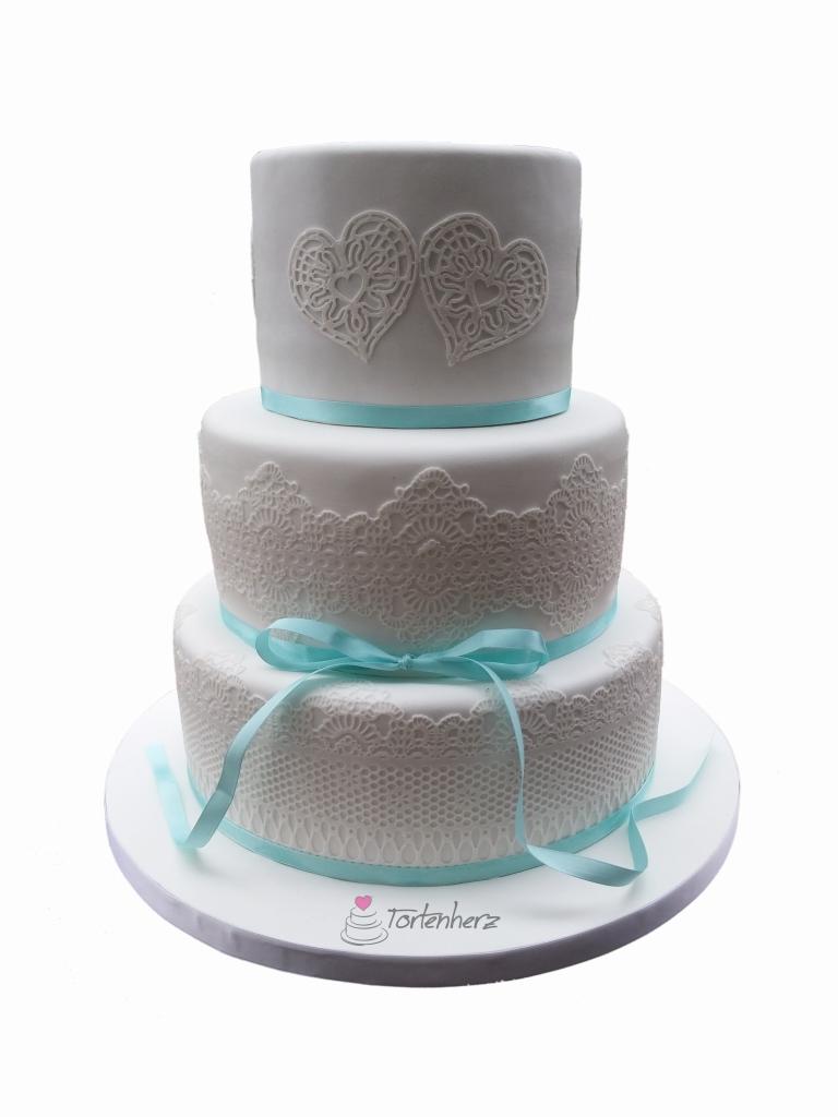 Hochzeitstorte mit Spitze und Herzen