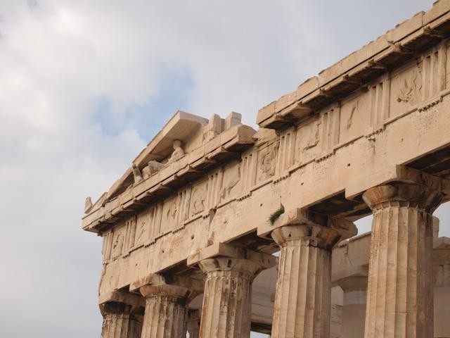 東ペディメント:ゼウスの頭が裂け、中から鎧兜を纏った女神アテナが飛び出したという物語を表現している