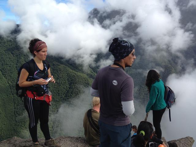 頂上で、雲が流れるのを待つ面々