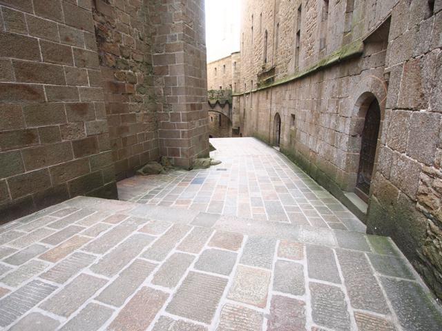 頂上の修道院へと伸びる道