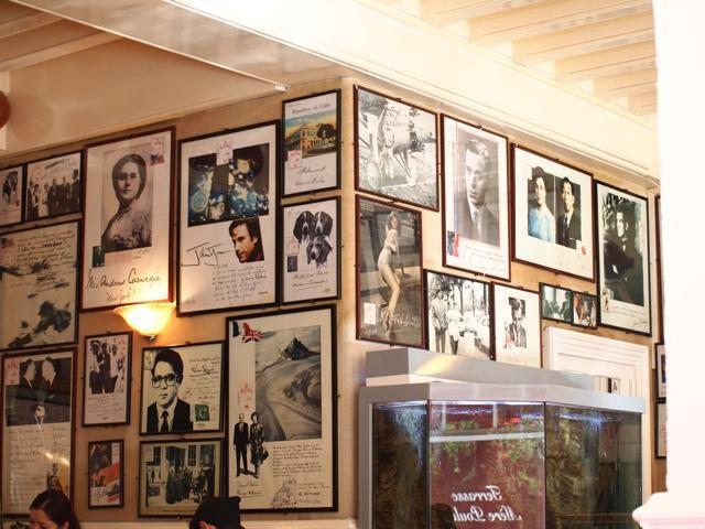 店内には有名人の写真とサインが