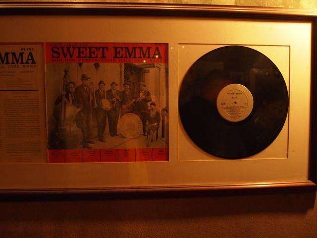 壁に飾られたレコード