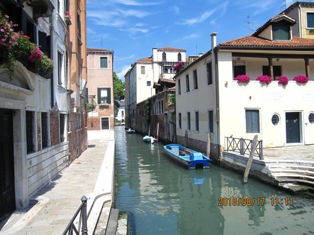 家のすぐ横を運河が流れる