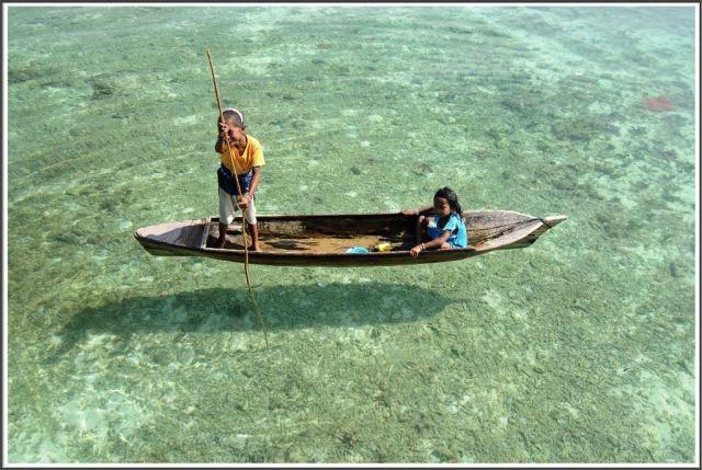 サバ州の海をボートで進む子供たち
