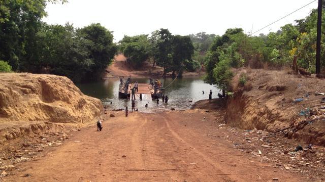 タクシーが川を渡る