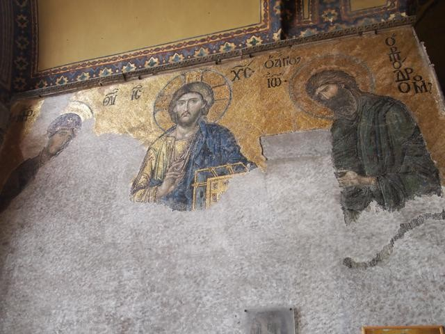 漆喰を剥がすと中からは、キリスト教のモザイク画が出現