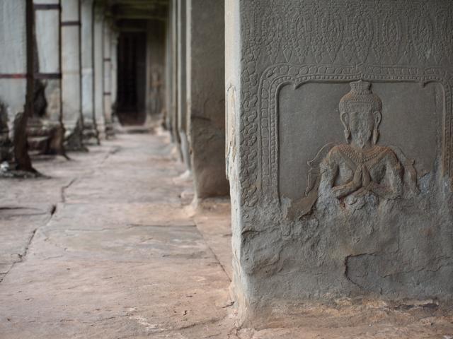アンコールワット 柱に掘られた女性の姿
