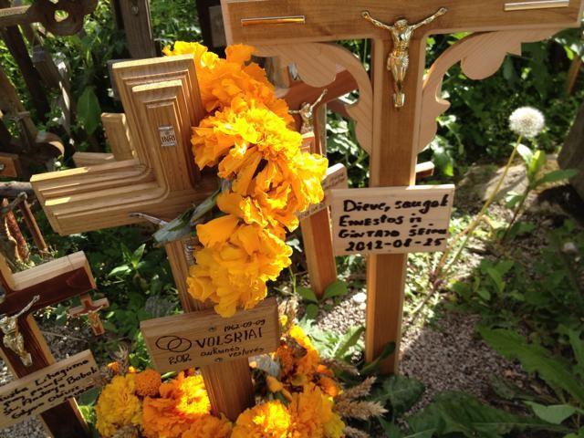 オレンジの花と十字架