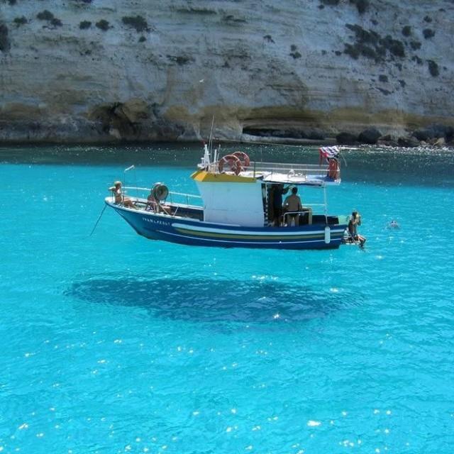 ペラージェ諸島の、宙に浮いているようなボート