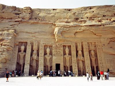 ハトホル神殿。左から2番目と右から2番目がネフェルタリ像