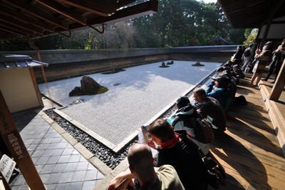 龍安寺石庭と見入る人々
