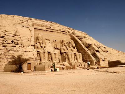アブ・シンベル大神殿。坐像はすべてラムセス二世像