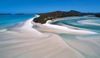 ウィットサンデー島のホワイトヘブンビーチ。砂は小さな水晶=シリカで、世界一純白なビーチと謳われる