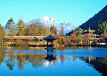 麗江の玉泉公園。背後の山々が玉龍雪山