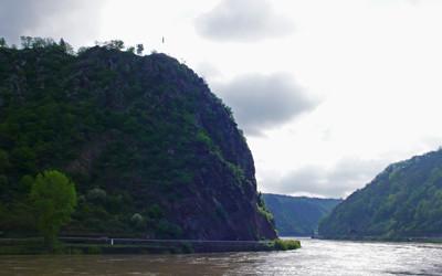 左がローレライの岩山