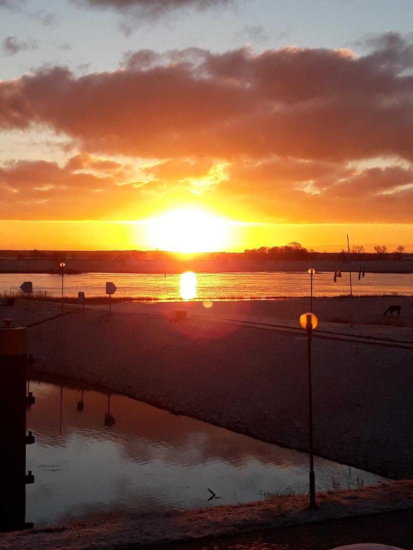 Sonnenaufgang an der Elbe, beim Blick aus dem Schlafzimmer