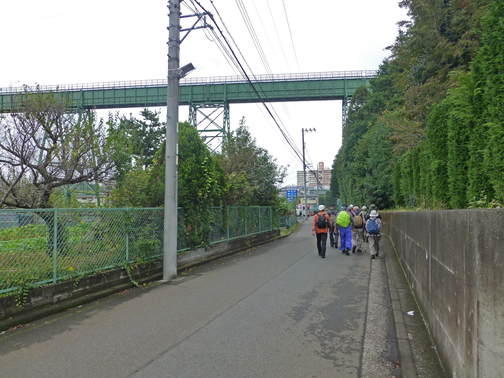 大貫谷戸水路橋の下を行く