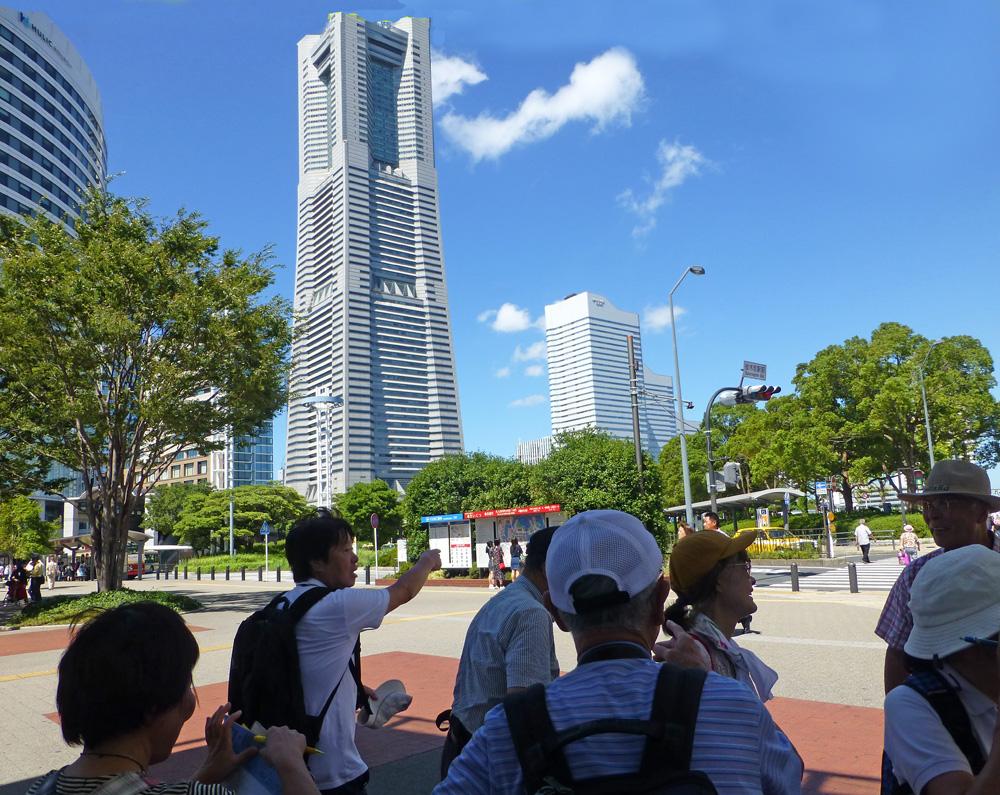 「港町・横浜の魅力ベイエリア散策」について現地解説する大山会員 2018-8-22