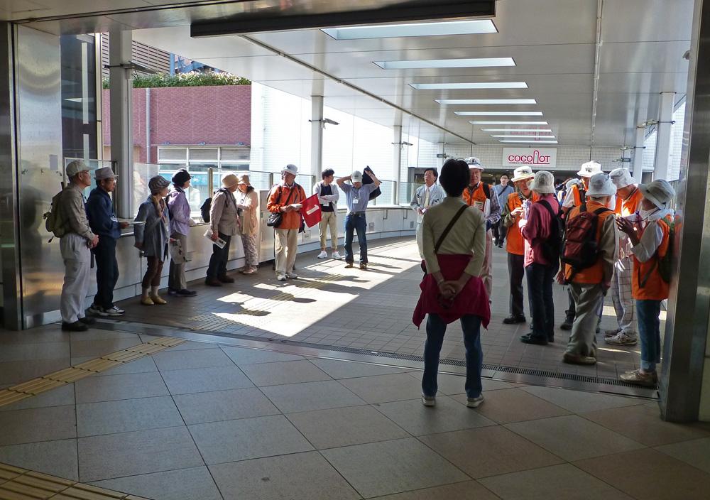 鶴ヶ峰駅で出発を待つ参加者