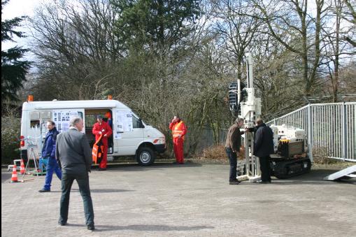 Mobiles Messfahrzeug und VOA-Labor des LBEG Hannover (links) und Sondiergerät der Fa. Geo-log