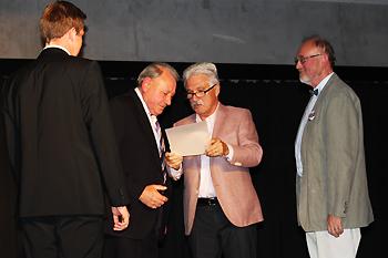 Der Vorsitzende, Herr Ellermann, bei der Preisverleihung an Herrn Hans