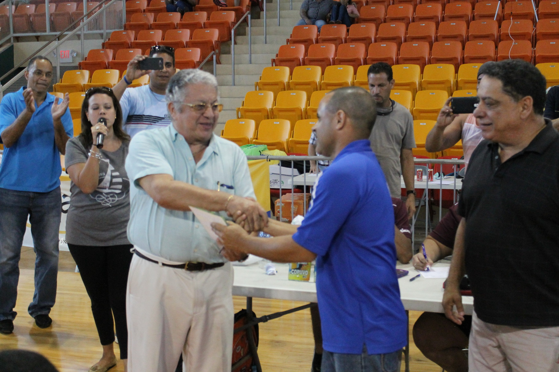 EL COACH DE LAS SILVER GIRLS JOE HERNANDEZ RECIBE LA PLACA DE SUBCAMPEON